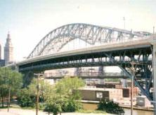 ทางเดินบนสะพานข้ามแม่น้ำ (Veteran's Memorial Bridge)